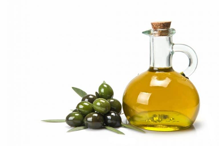 Frasco con aceite de oliva y olivas