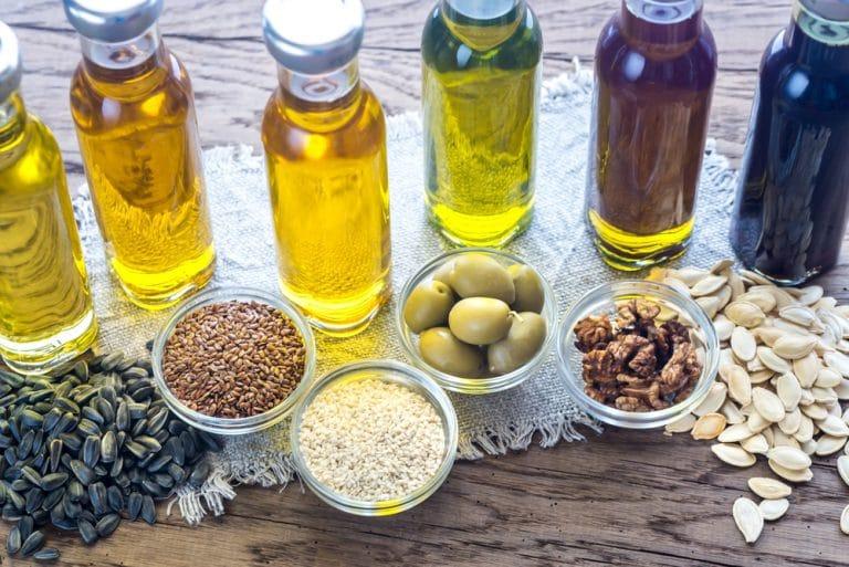 Varios aceites y semillas en contenedores
