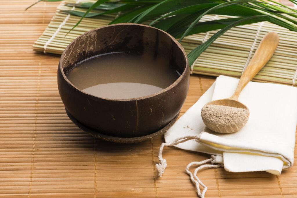 Bebida de kava elaborada con las raíces de la planta de kava mezcladas con agua.